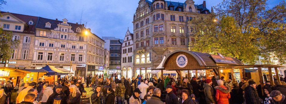 Zur mummegenussmeile beleben die Stände des Spezialitätenmarkts ein Wochenende lang den von historischen Fassaden umgebene Kohlmarkt.